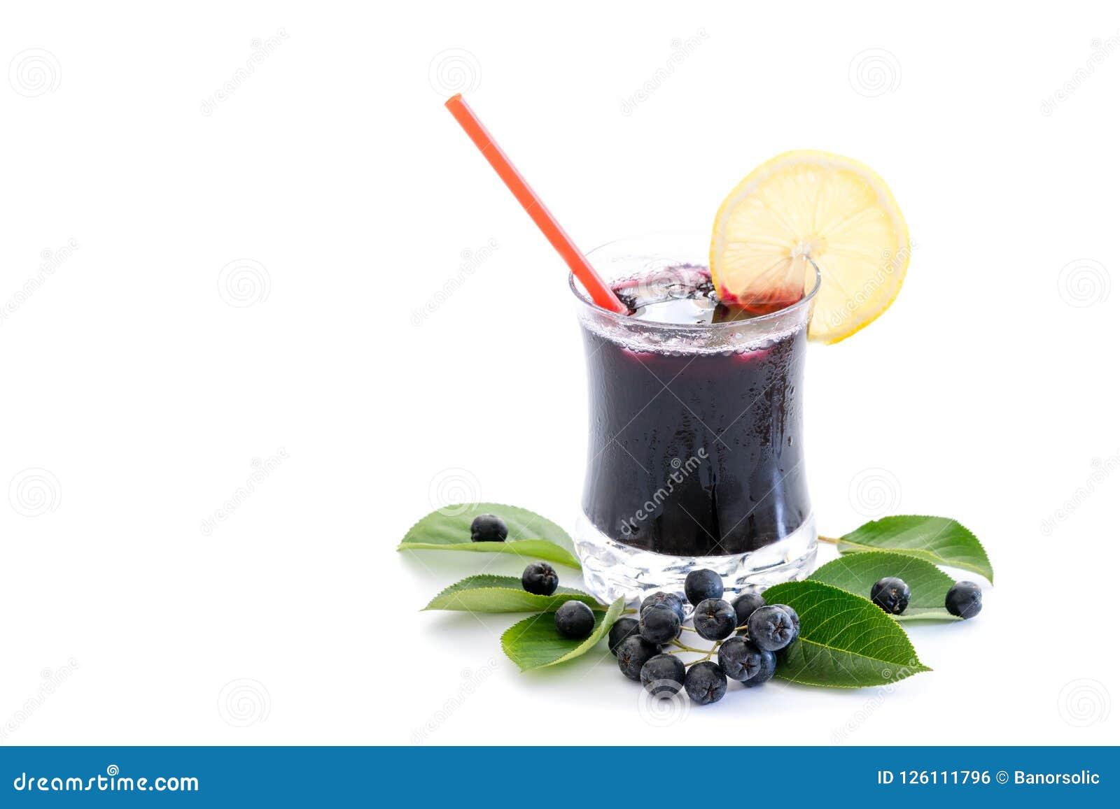 Jus frais de melanocarpa d Aronia de chokeberry en verre et baie et feuilles près, d isolement sur le blanc