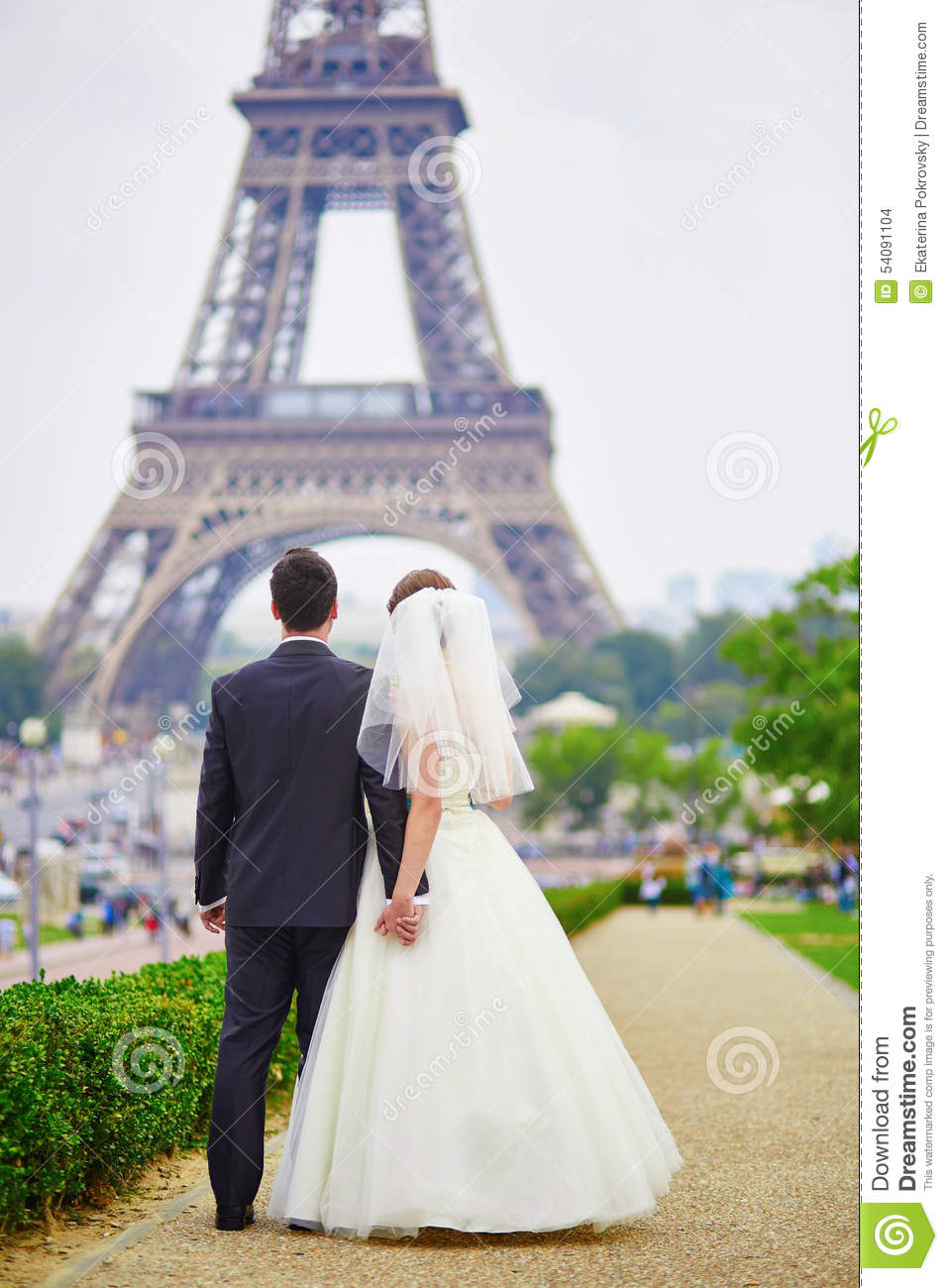 just married couple in paris near the eiffel tower stock photo image 54091104. Black Bedroom Furniture Sets. Home Design Ideas