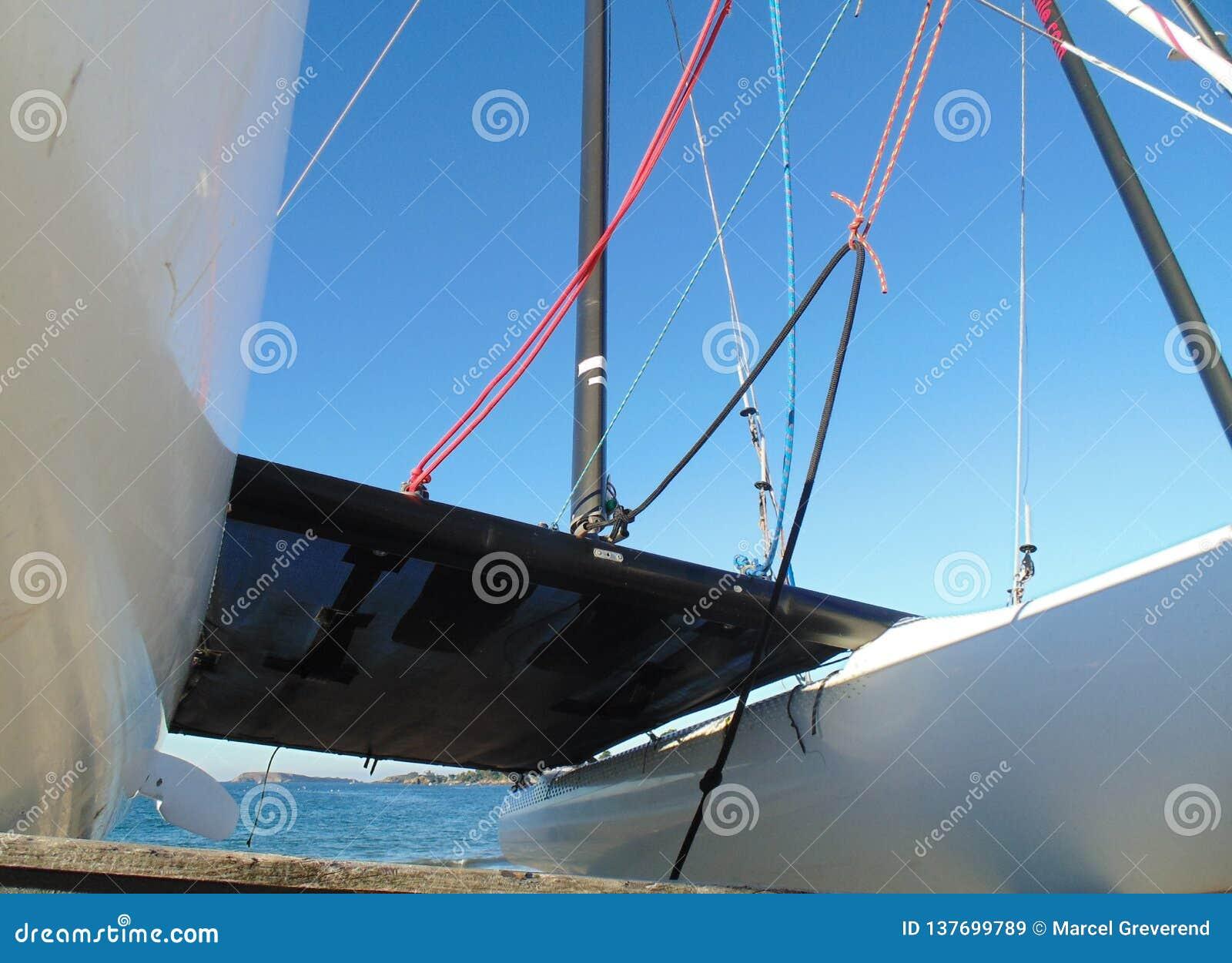 Juste devant le catamaran
