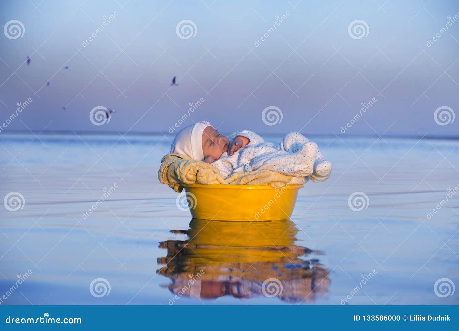 Juste le bébé dans un panier nage dans l eau