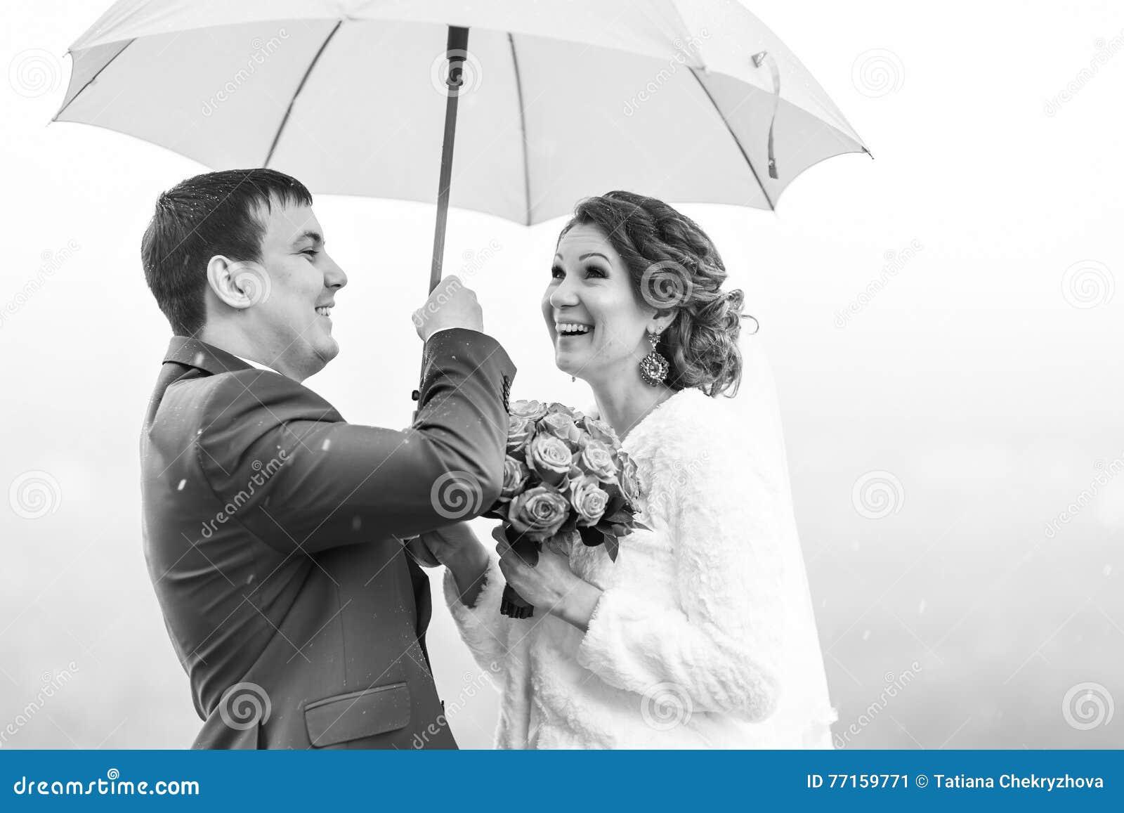 Juste les ménages mariés ont l amusement sous le parapluie