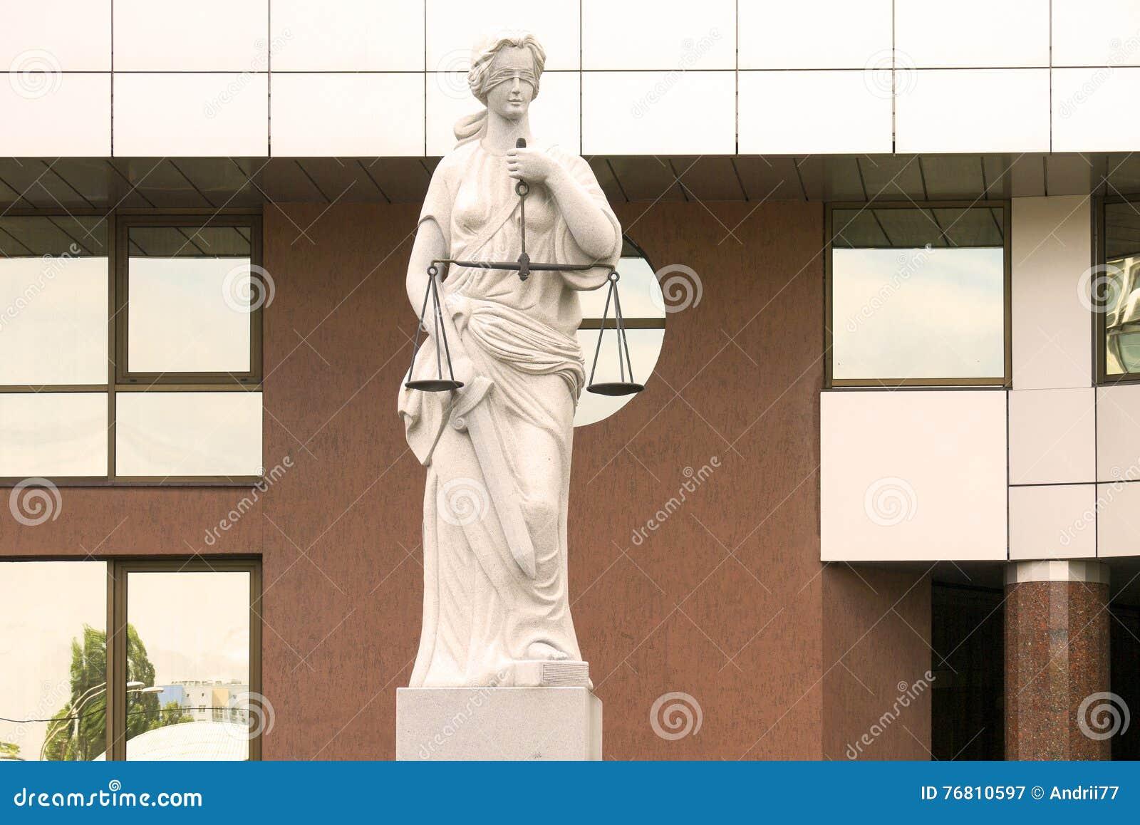 Justice夫人雕象在法院附近大厦的
