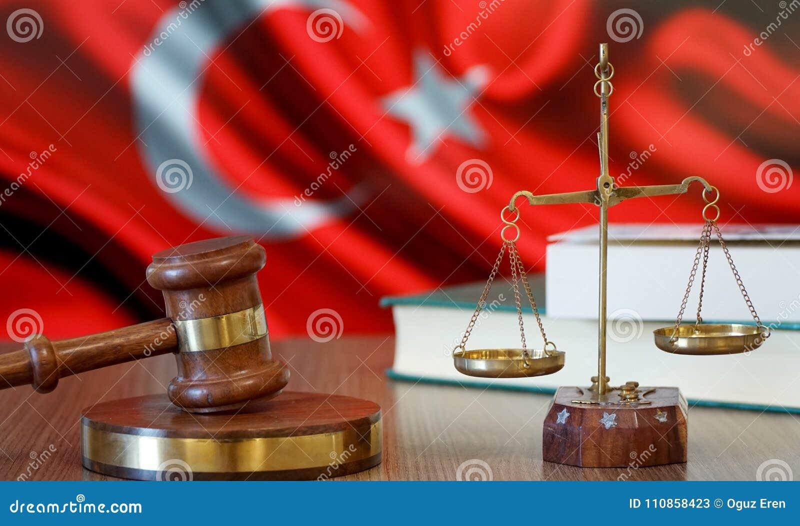 Justice pour des lois de la Turquie dans la cour turque