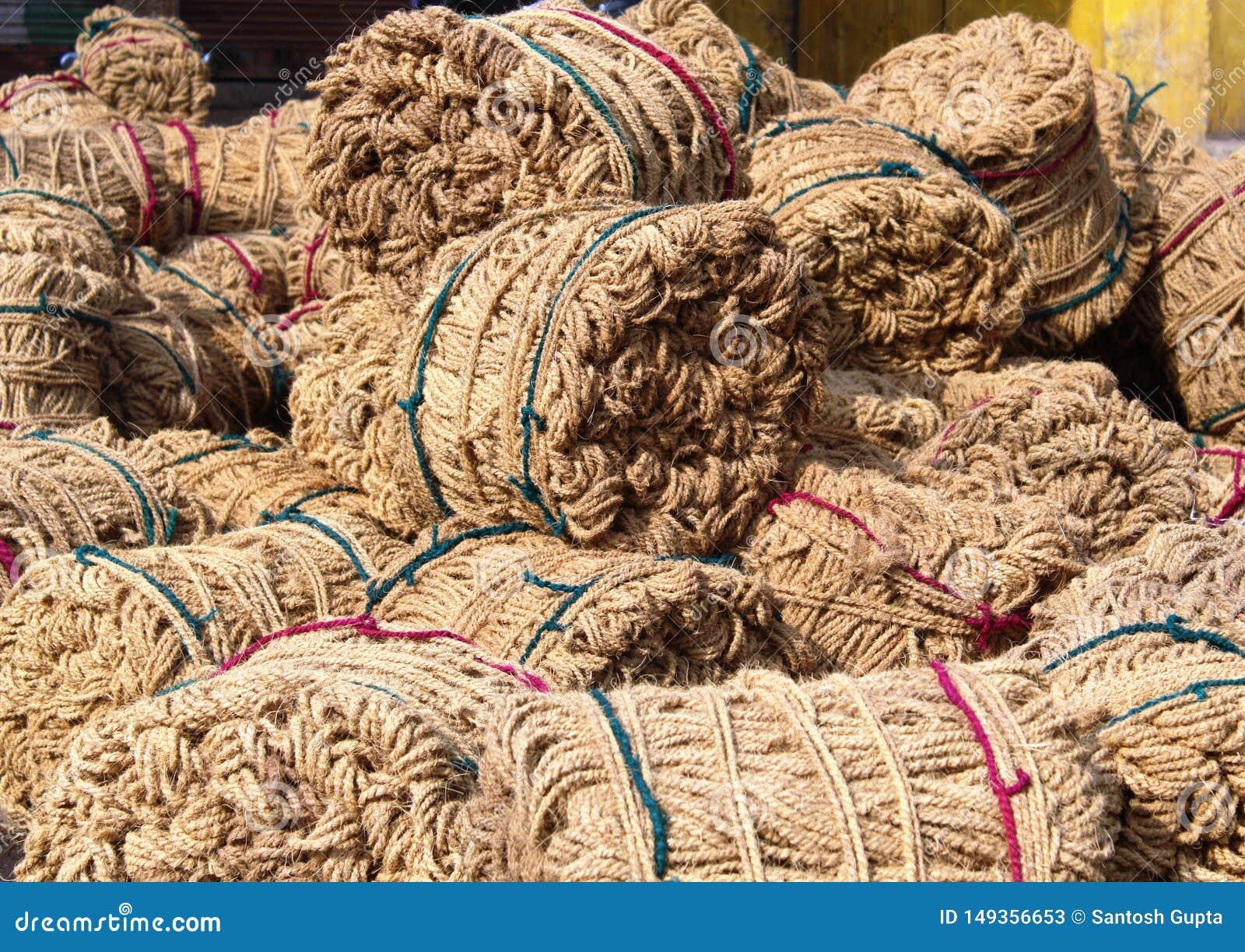 A juta ? uma fibra vegetal longa, macia, brilhante que possa ser girada em linhas grosseiras, fortes
