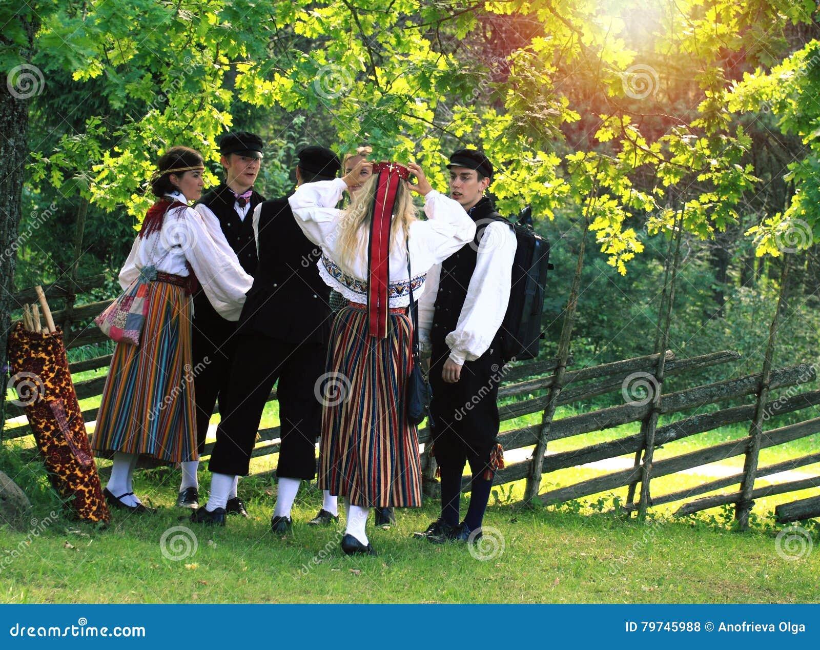 Juventud en ropa estonia tradicional