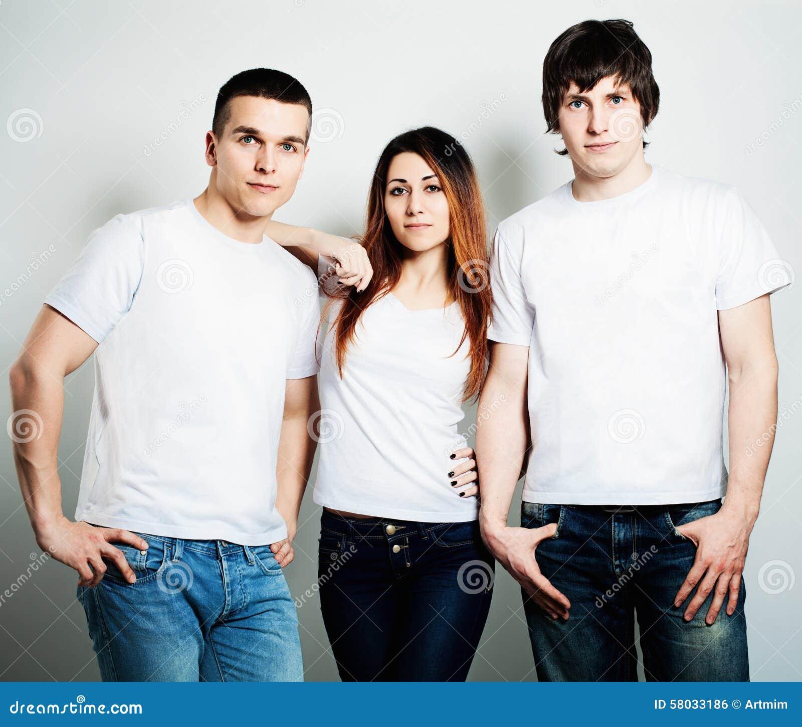 Juventud Estudiantes de la gente joven que llevan la camiseta vacía blanca
