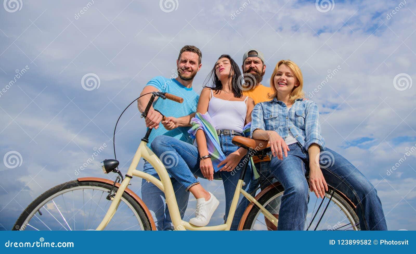 A juventude gosta da bicicleta do cruzador Modernidade do ciclismo e cultura nacional Os jovens à moda da empresa gastam o lazer