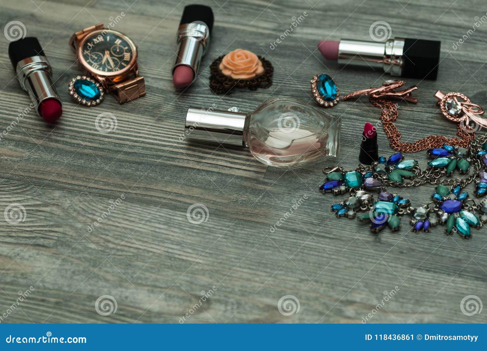 Juwelen op een marmeren achtergrond Hoogste mening, modieuze mannelijke en vrouwelijke persoonlijke punten met ruimte op een donk