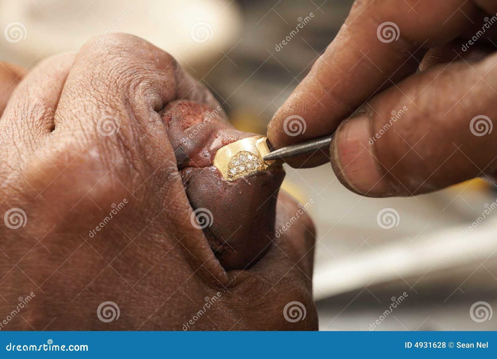 Juwelier die ringen maakt