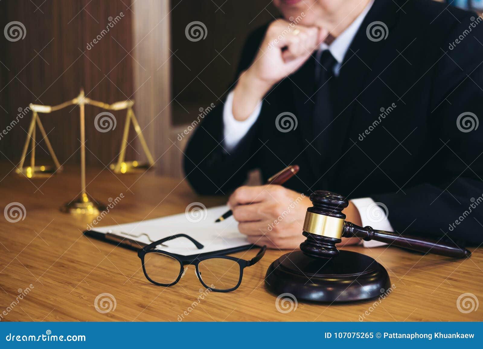Juzgue El Mazo Con Los Abogados De La Justicia, El Hombre De ...