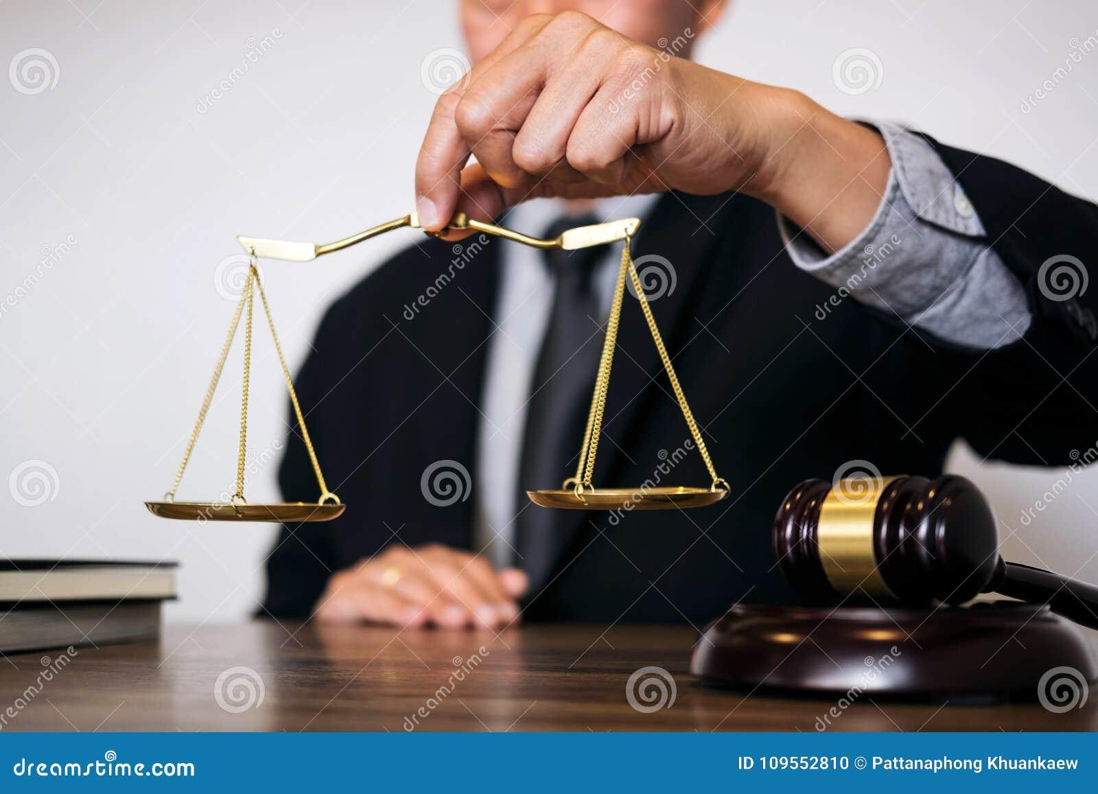 Juzgue el mazo con los abogados de la justicia, el hombre de negocios en traje o al abogado