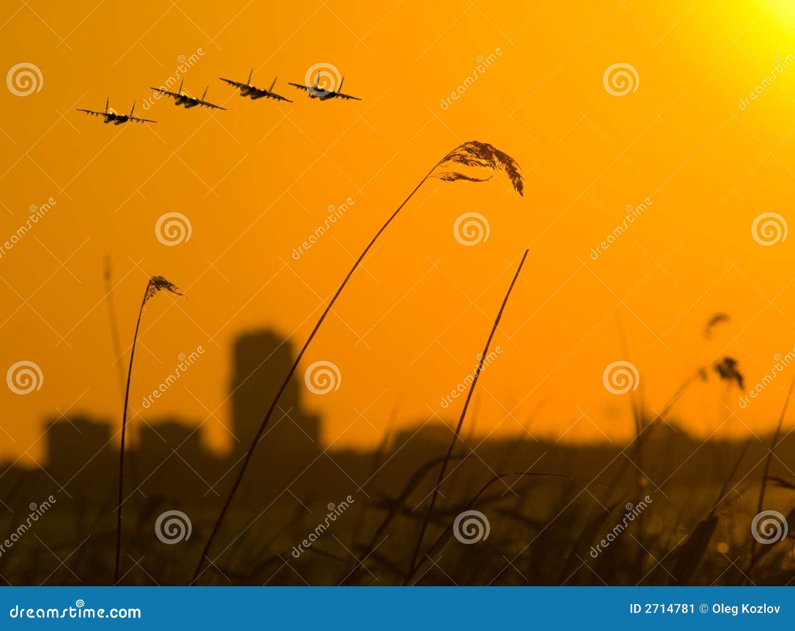 Kämpar fyra över solnedgång