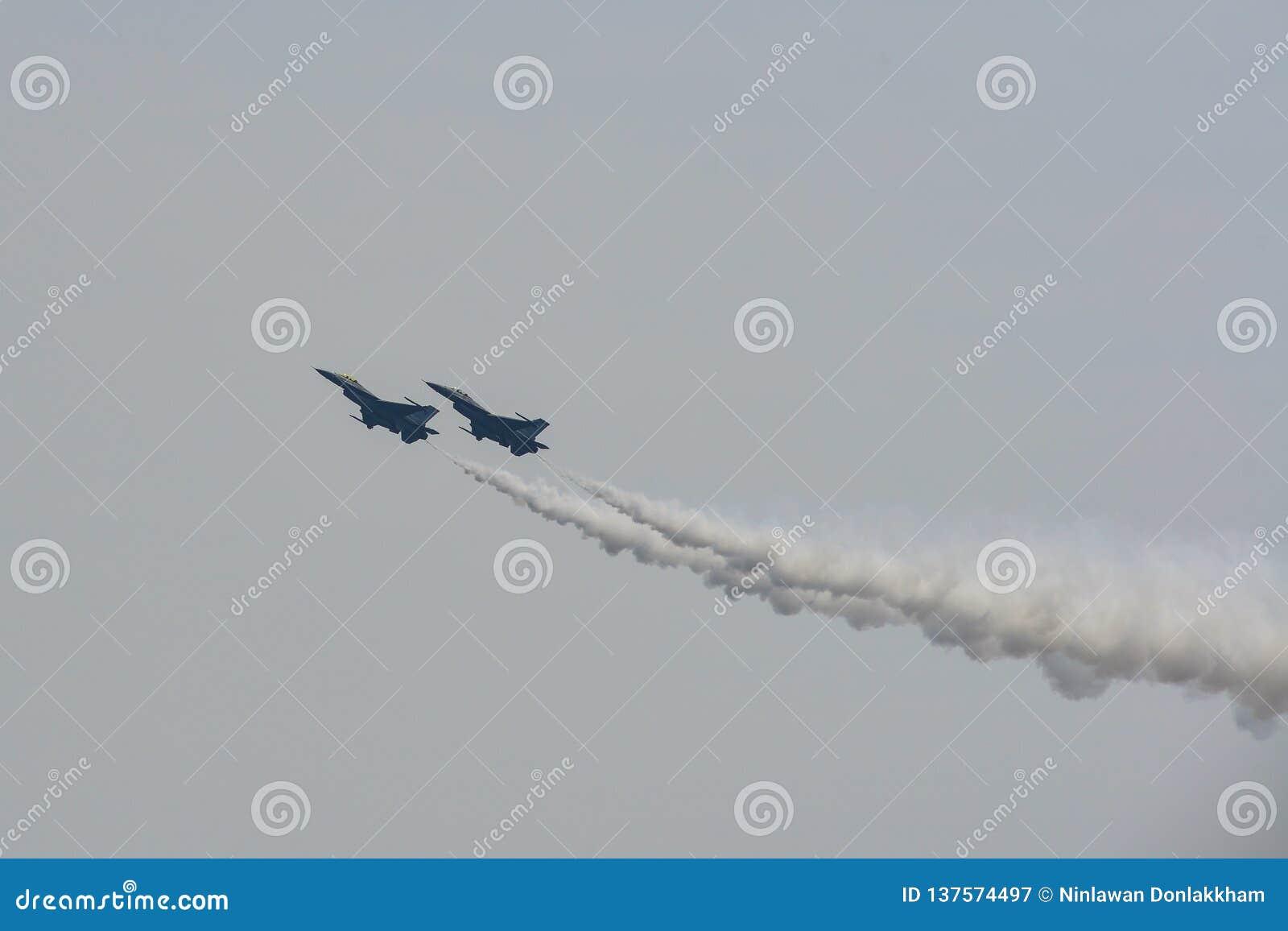 Kämpeflygplan som utför i Singapore