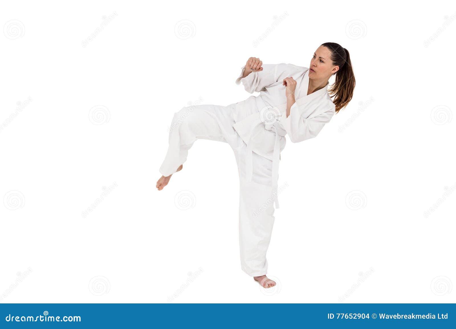 Kämpfer, der Karateposition durchführt