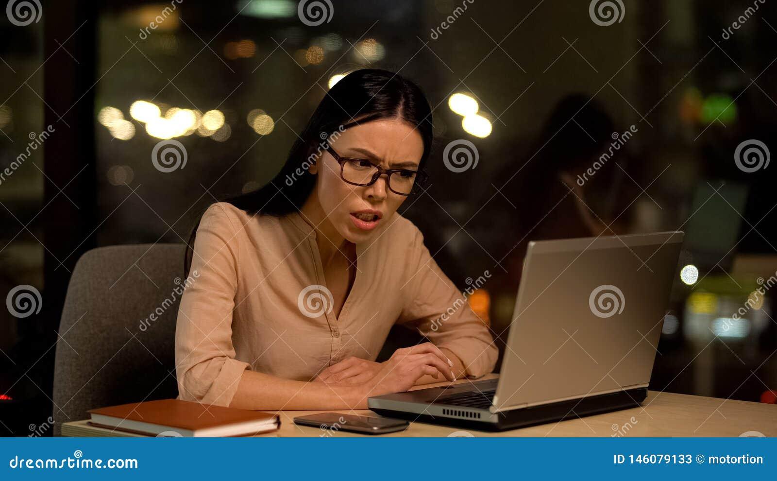 K?nsla f?r kvinnlig arbetare som ?r ilsken om det missade projektet som hatar unloved jobb, sp?nning