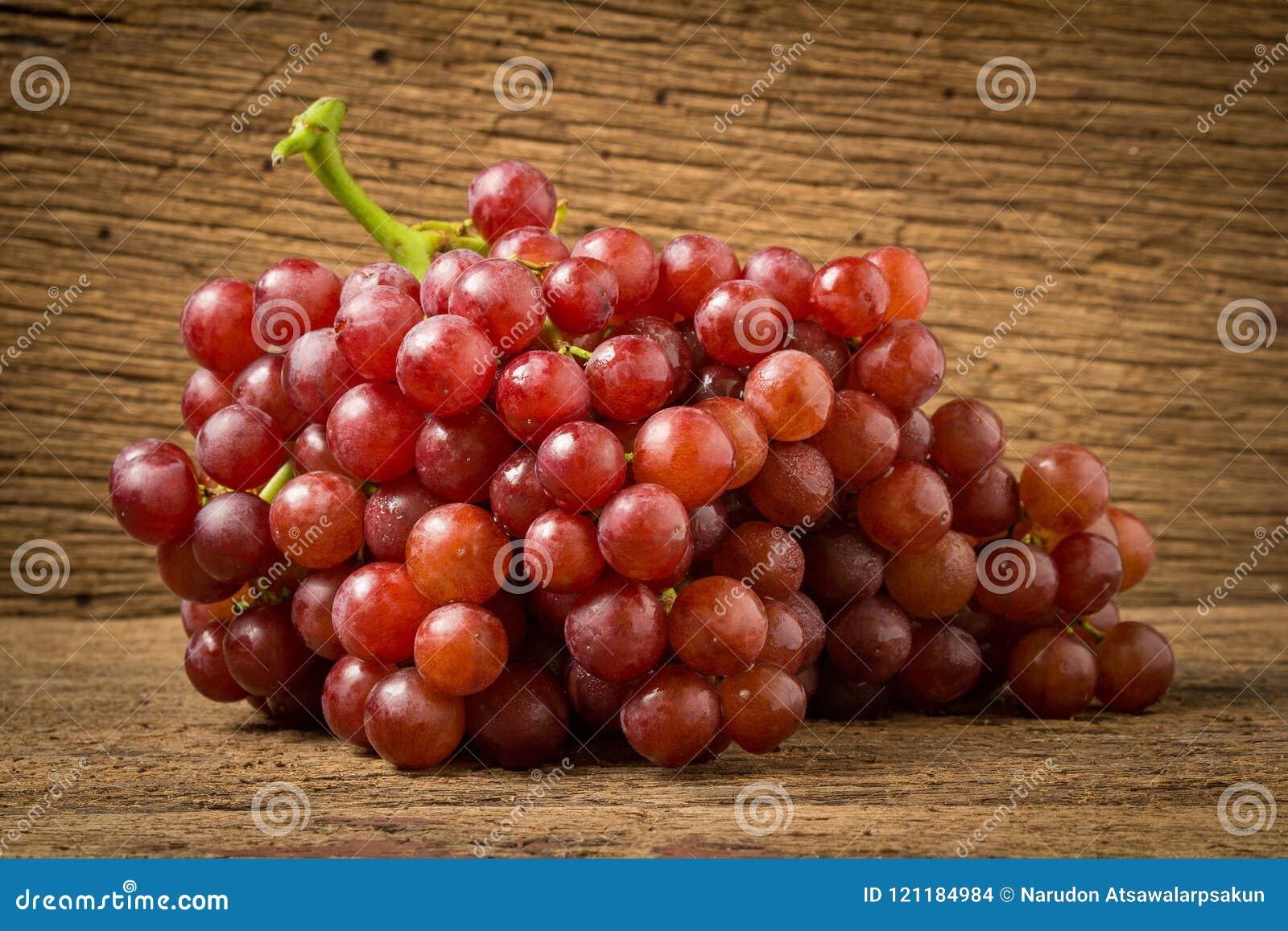 Kärnfritt rött för druvor på gammalt trä