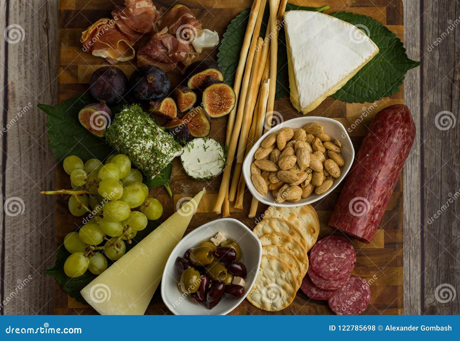 Käse-Brett-flache Lage mit gesundem Lebensmittel