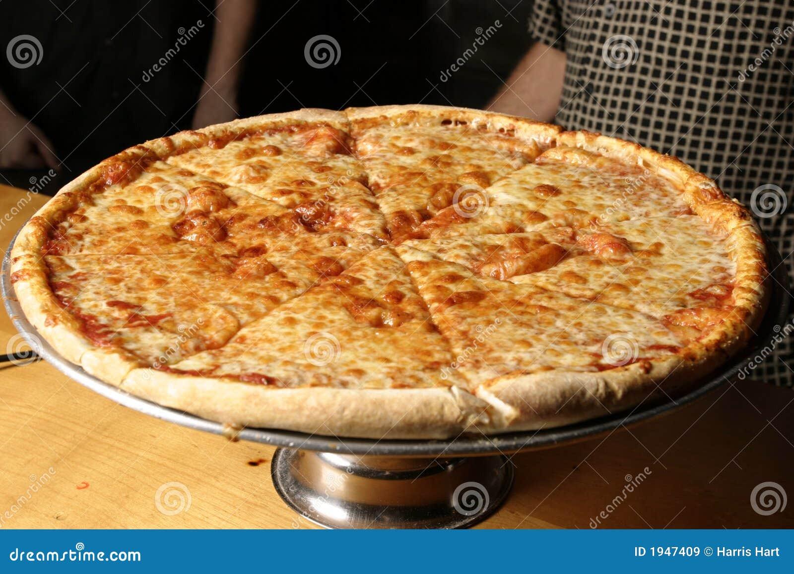 Käse-Pizza auf der Mehrlagenplatte genauer