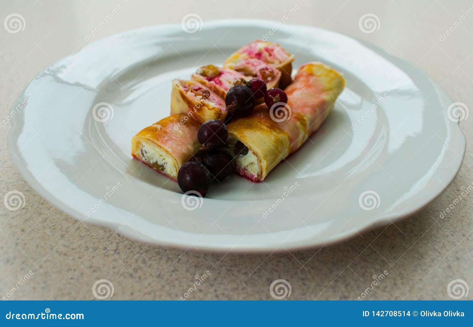 Käse und Beeren des Pfannkuchens mit Sahne