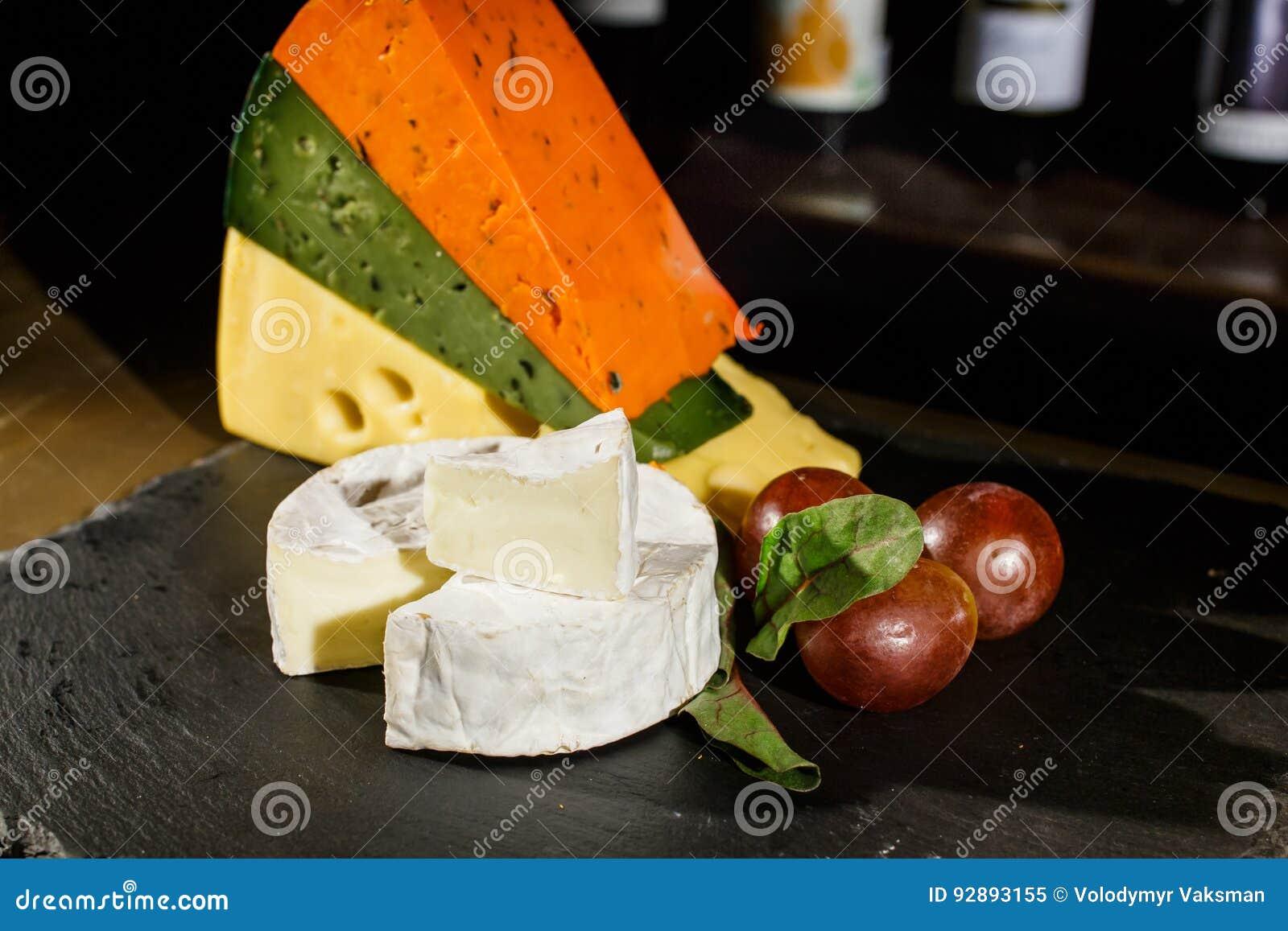 Käse und schwarze Oliven
