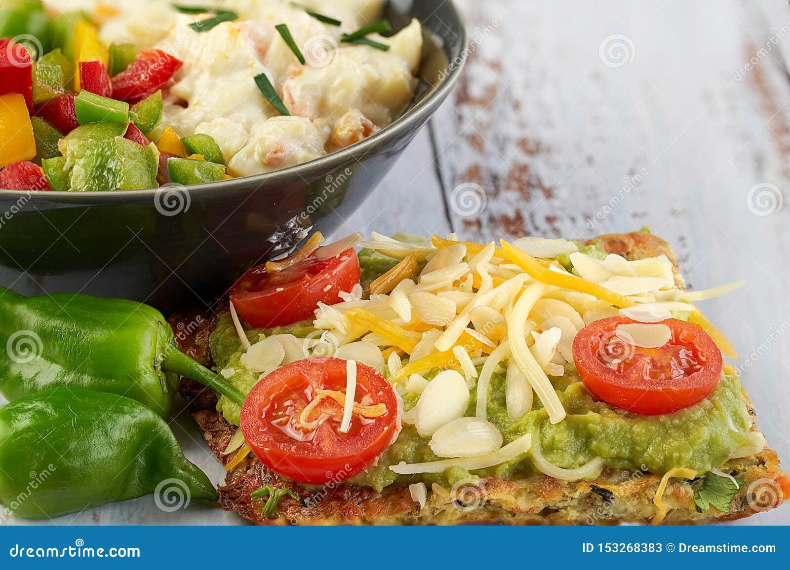 Käse- und Zucchinitortillas, geräucherter Lachs, raishes, Kirschtomaten, Avocadocreme, Frischkäse, Tomatencreme mit Basilikum