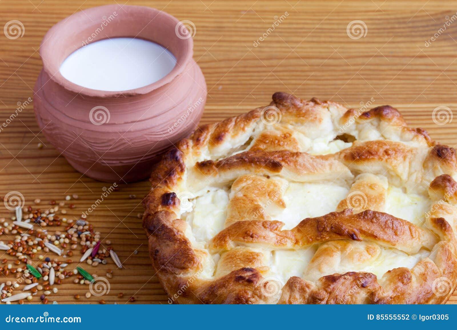 Käsekuchen und Topf auf Holztisch