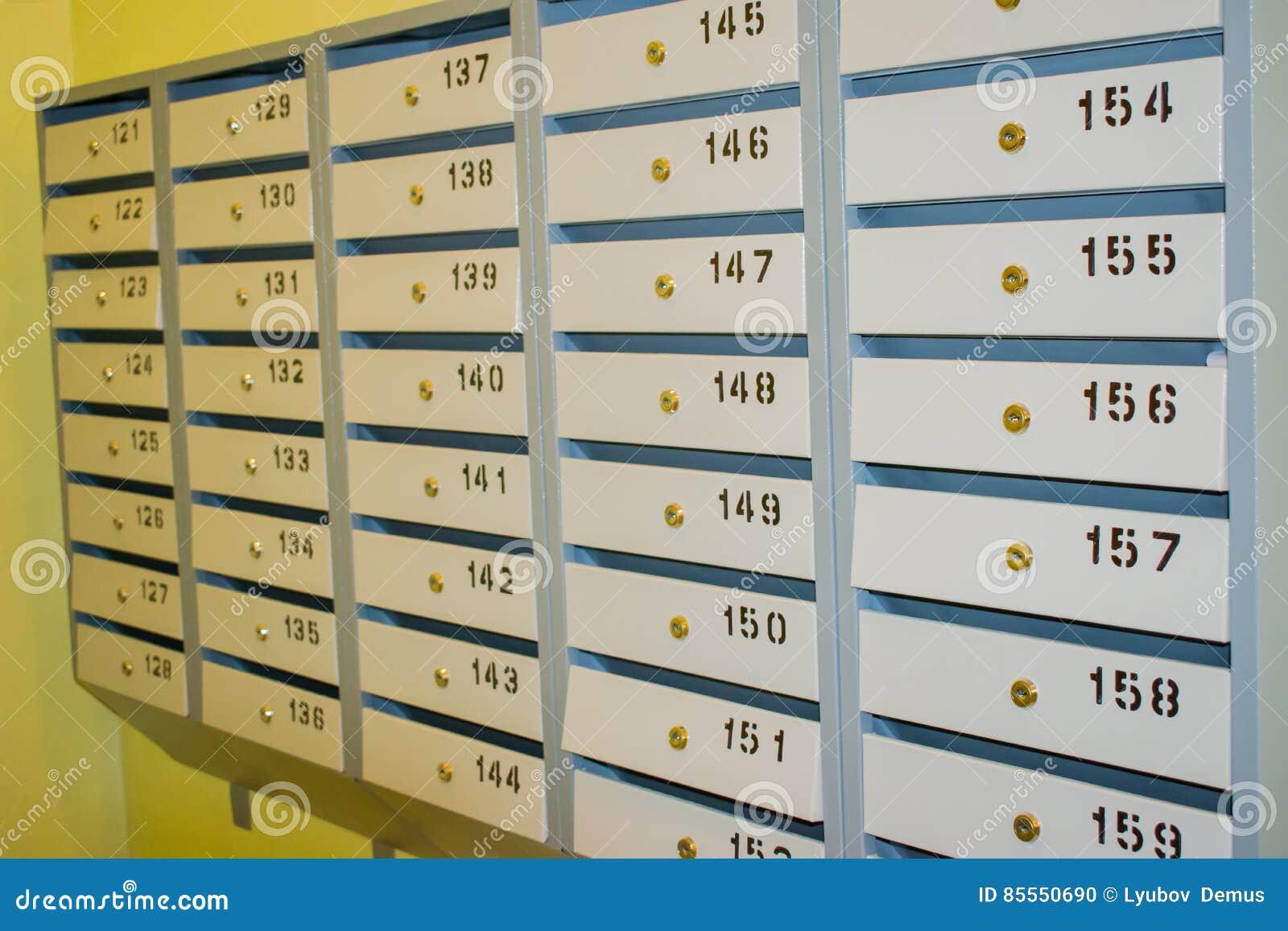 Kästchen für Post im Eingang des Wohngebäudes