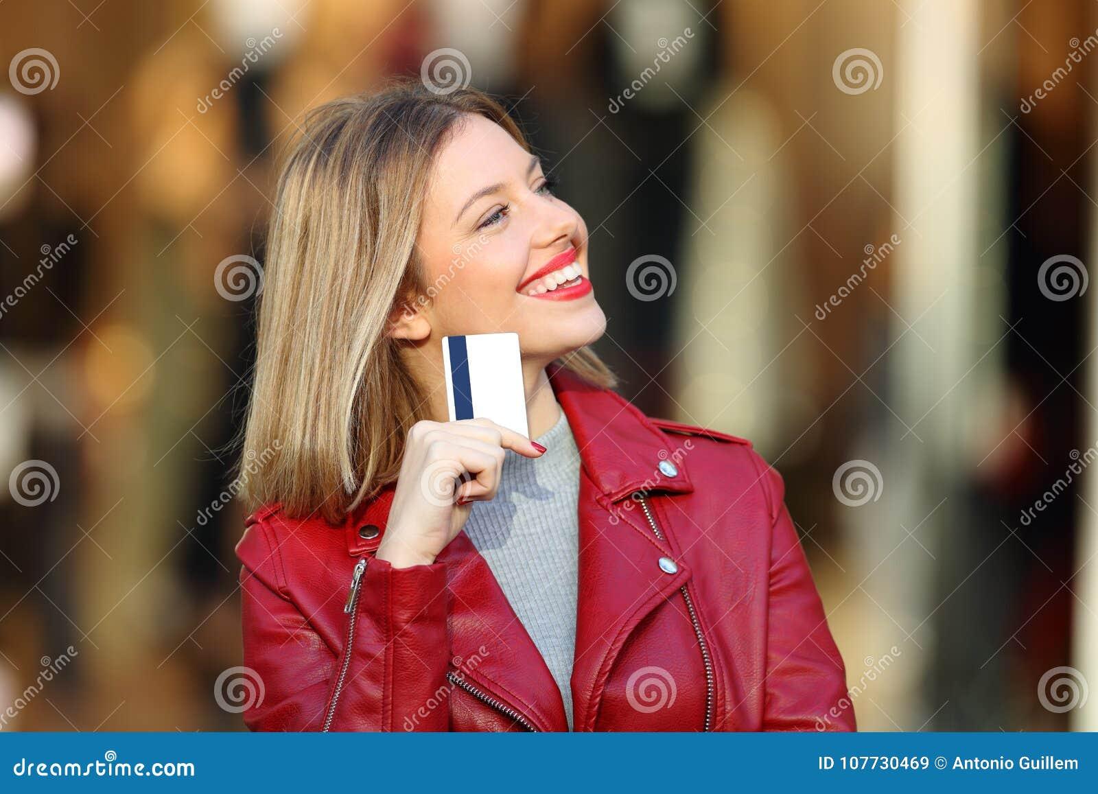 Käufer, der was sich wundert, das Halten einer Kreditkarte zu kaufen
