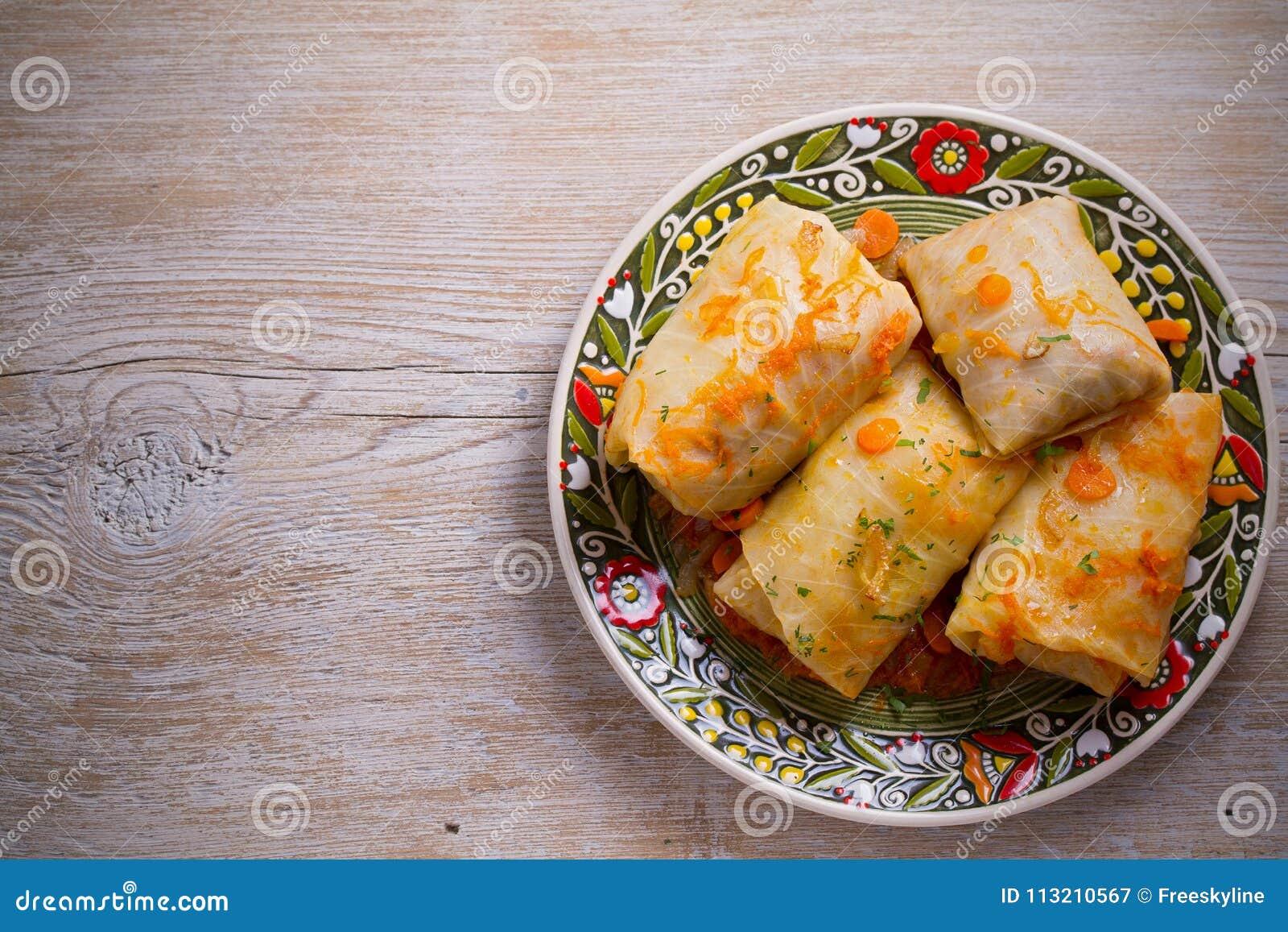 Kål rullar med kött, ris och grönsaker Sidor för välfylld kål med kött Chou farci, dolma, sarma
