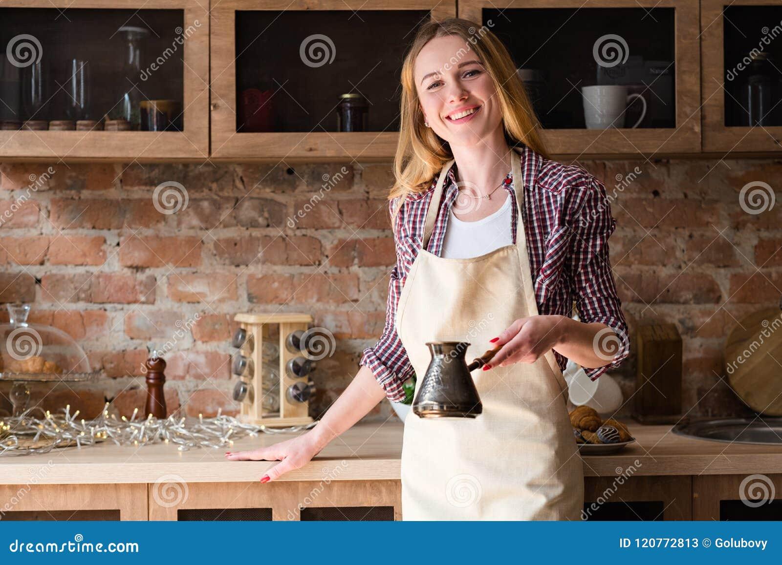 Kök för hem för morgon för kaffe för kvinnaförklädedanande