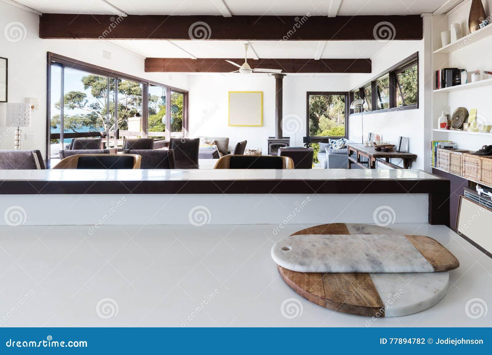 Kökbänk som ser för att öppna planvardagsrum i retro strand ho