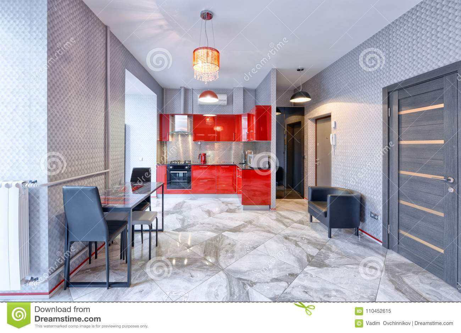 Kökinre i modernt hus för röd färg