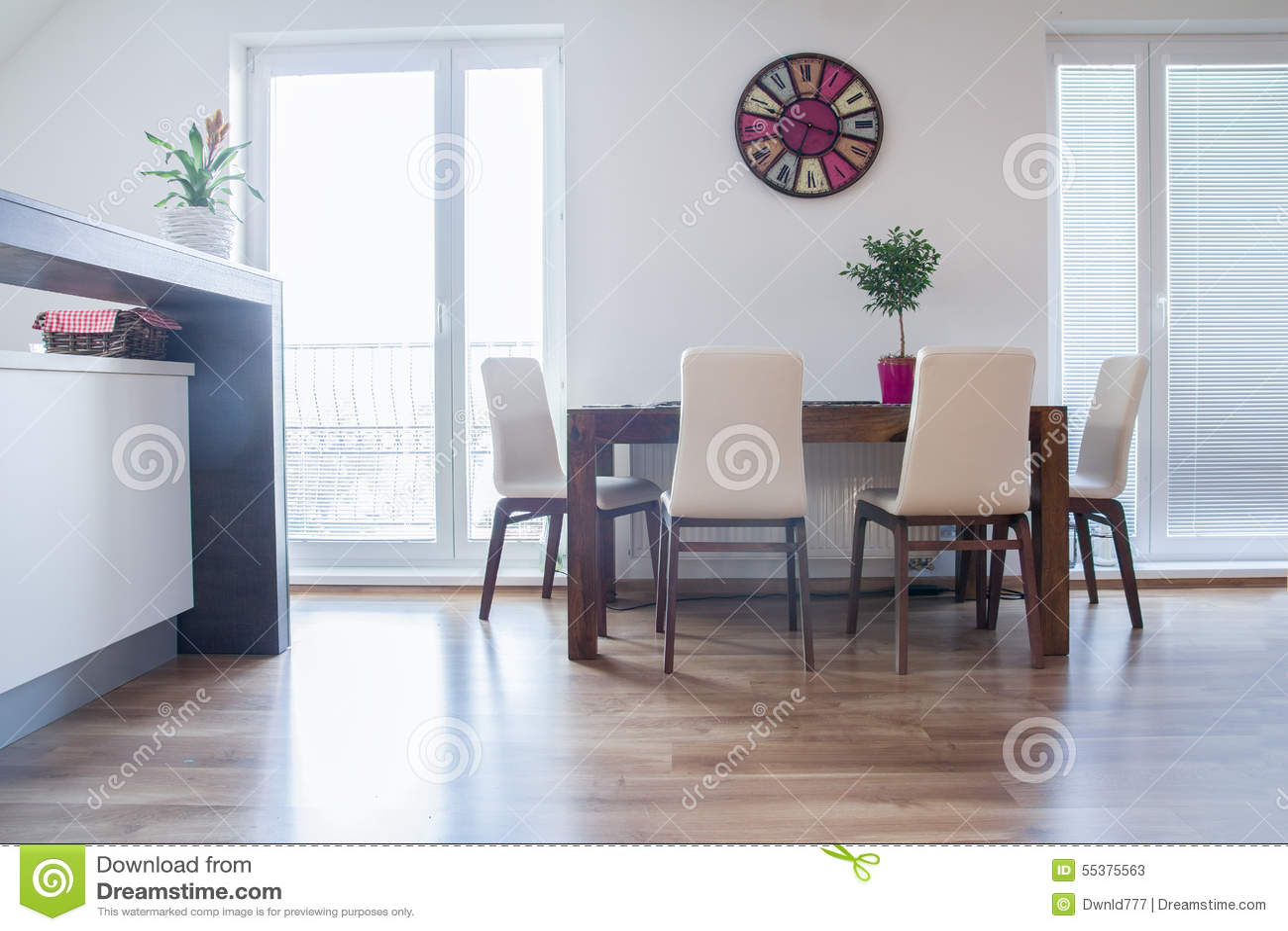 Köksbord i den moderna lägenheten