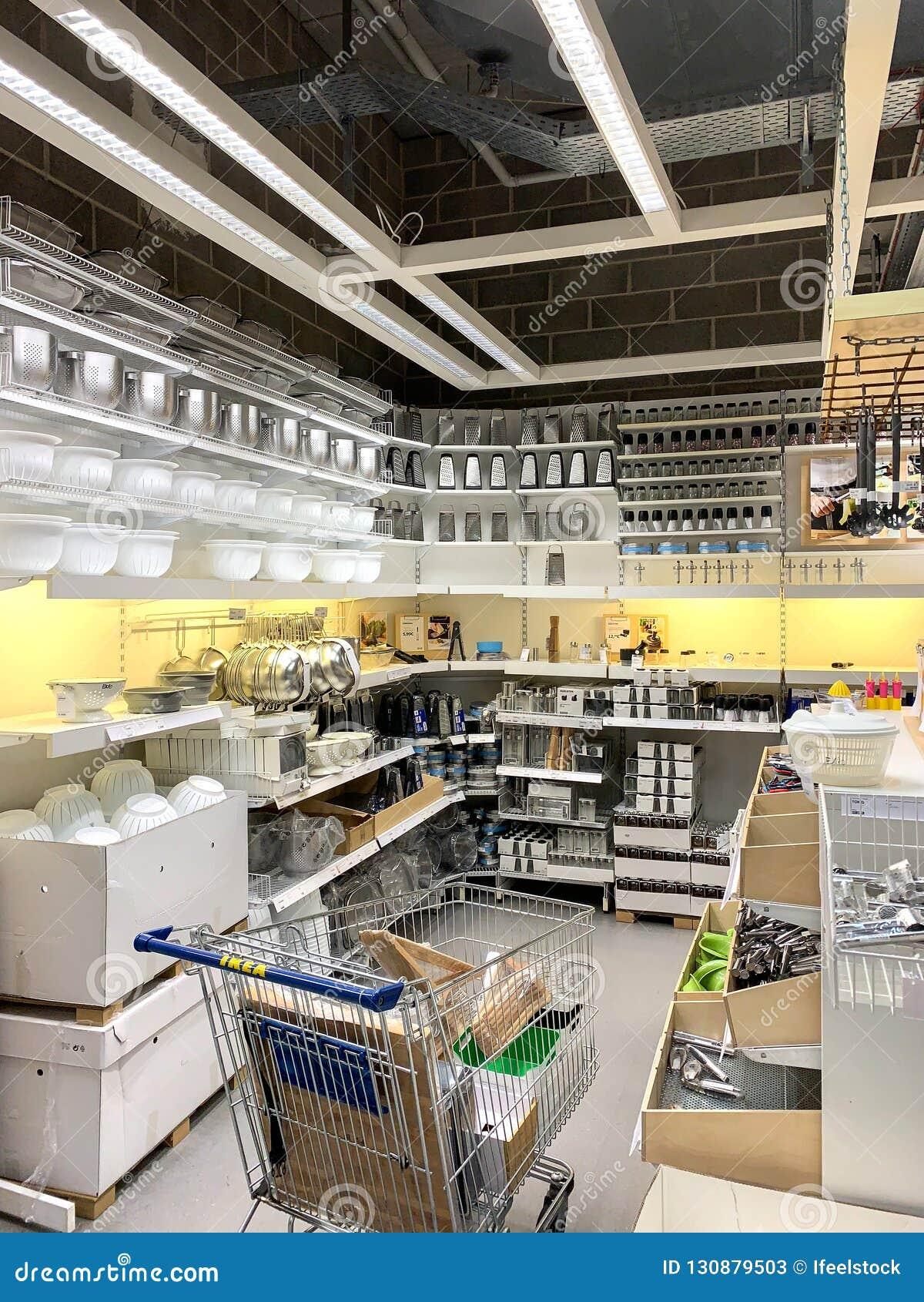 Köksgeråd som är till salu inom det IKEA lagret