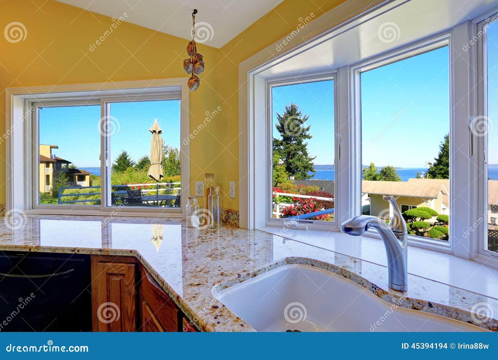 Köksskåp med granitblast och härlig fönstersikt
