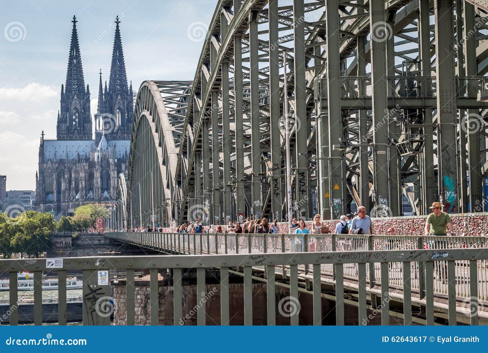KÖLN, DEUTSCHLAND - 31. JULI 2015: Berühmte Hohenzollern-Brücke