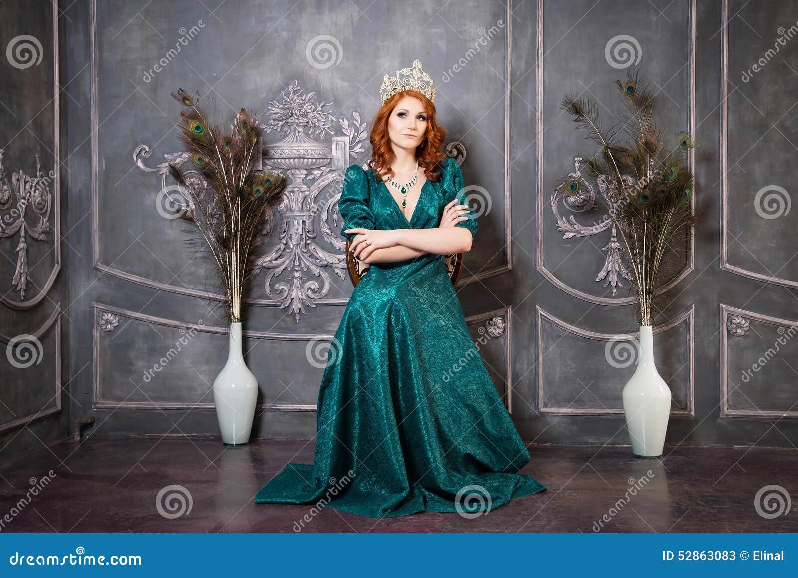Königin, Königliche Person Mit Krone, Rotes Haar Und Grünes Kleid ...
