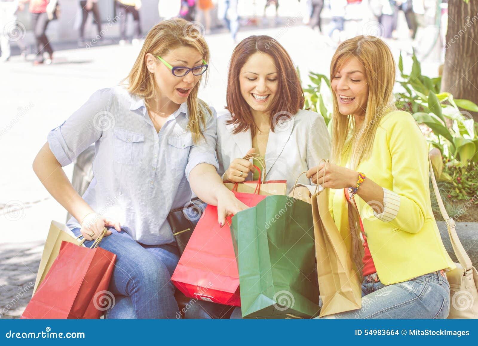 Köpa för vänner för lycklig shopping som kvinnligt är utomhus-