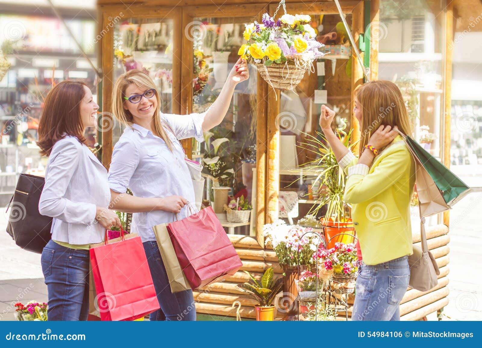 Köpa för vänner för shopping som kvinnligt är utomhus-