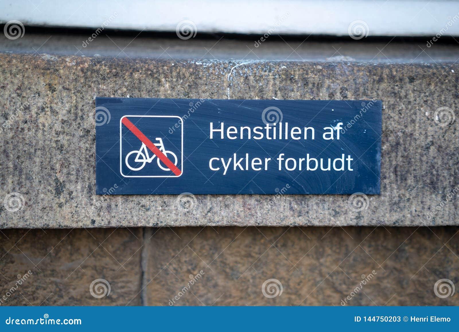 Köpenhamn Danmark - April 1, 2019: Bild av ett tecken på Köpenhamnen som frågar folk att inte lämna cykeln här