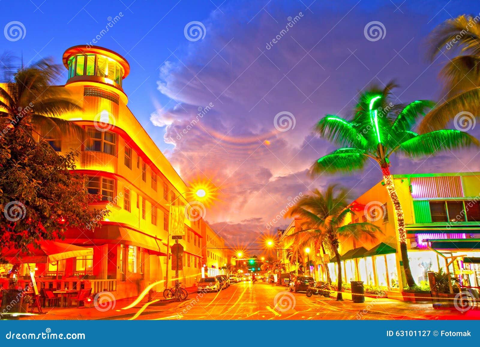 Kör hotell Miami Beach, Florida för rörande trafik och restauranger på solnedgången på havet