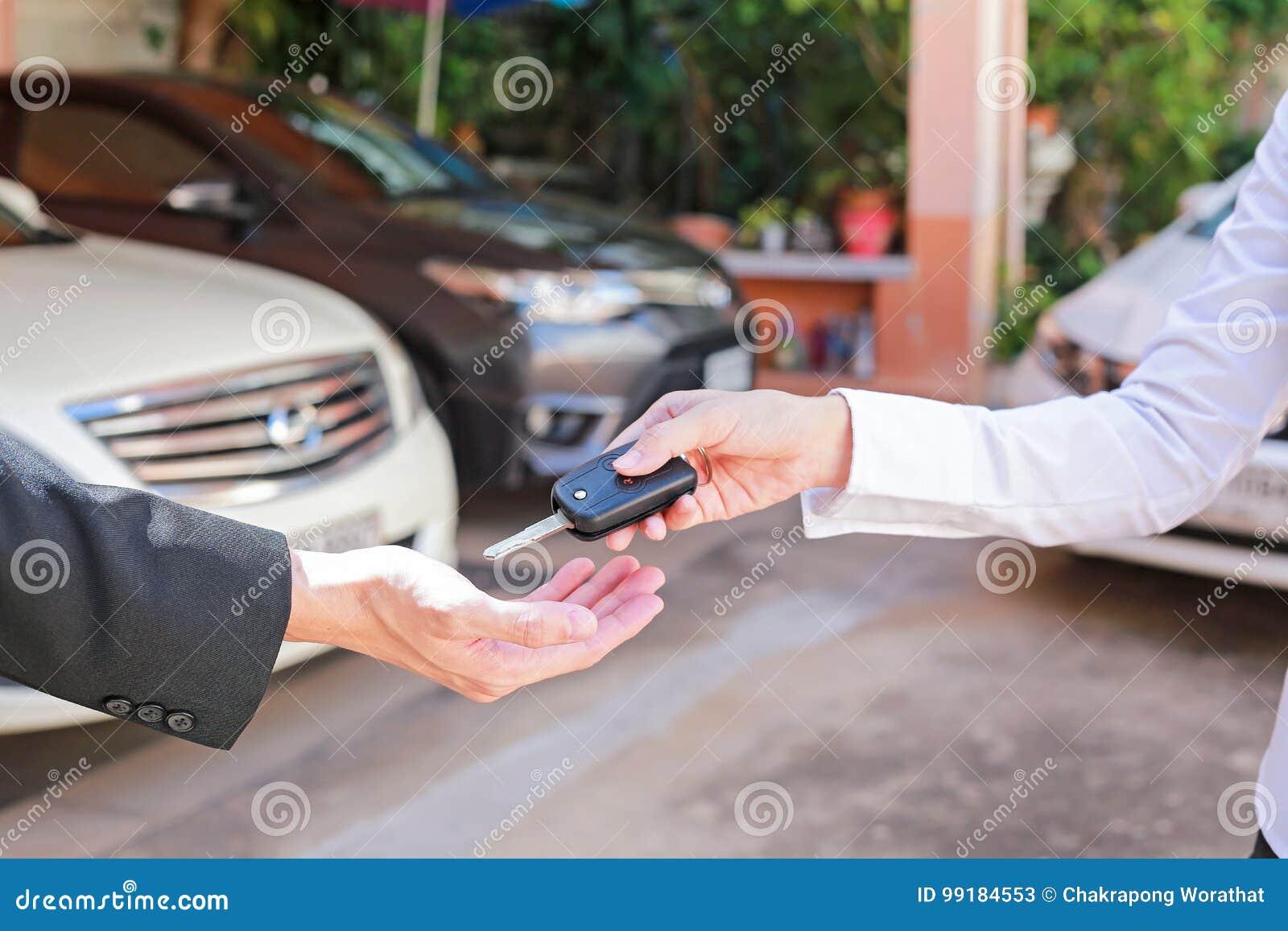 Kör kassaskåpet Closeup av tangenter för en bil för häleri för manbilägare från t