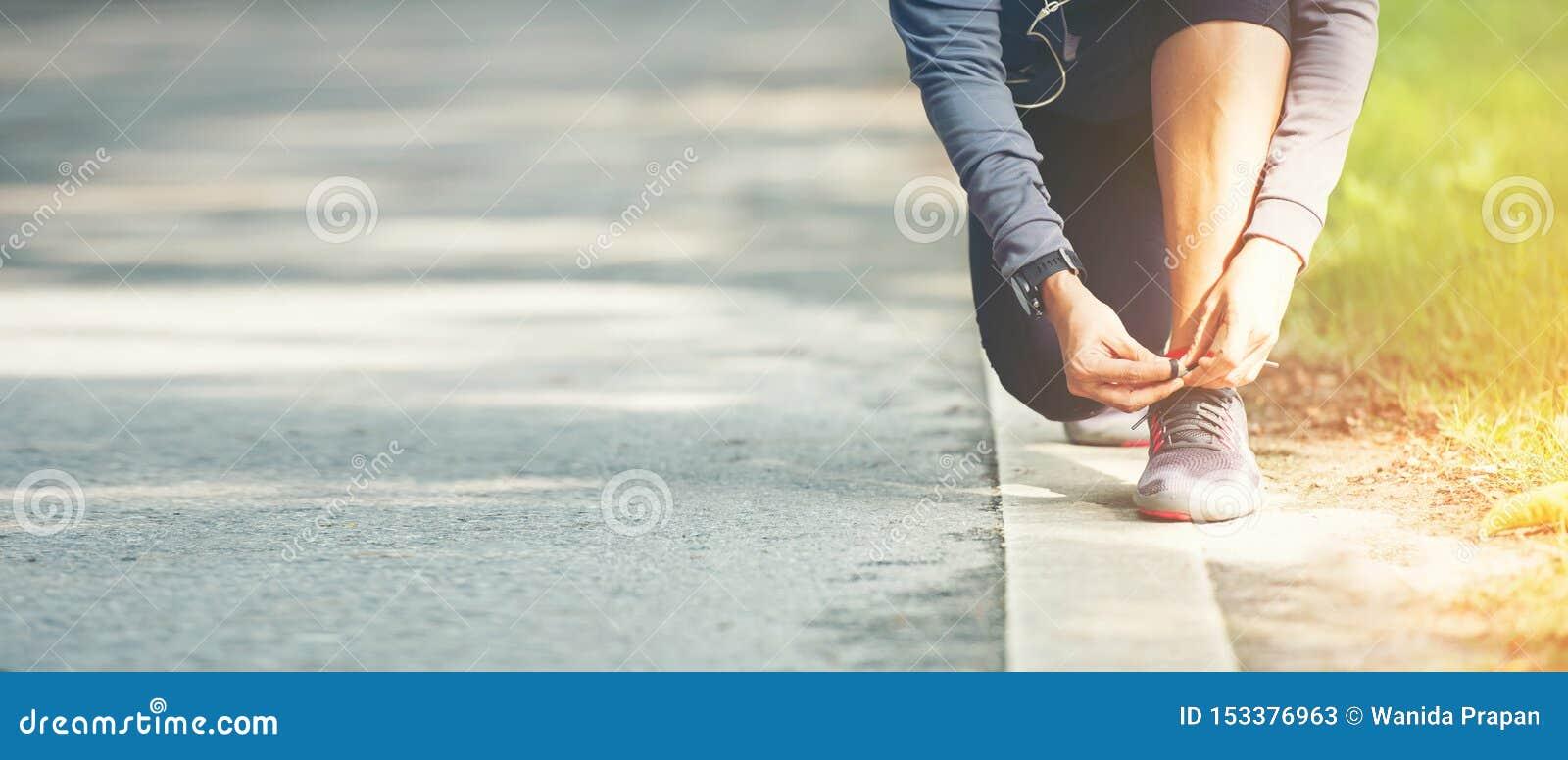 Körande kvinnaband snör åt av springskor, innan det joggar till och med vägen i genomkörarenaturen, parkerar, text för baner och