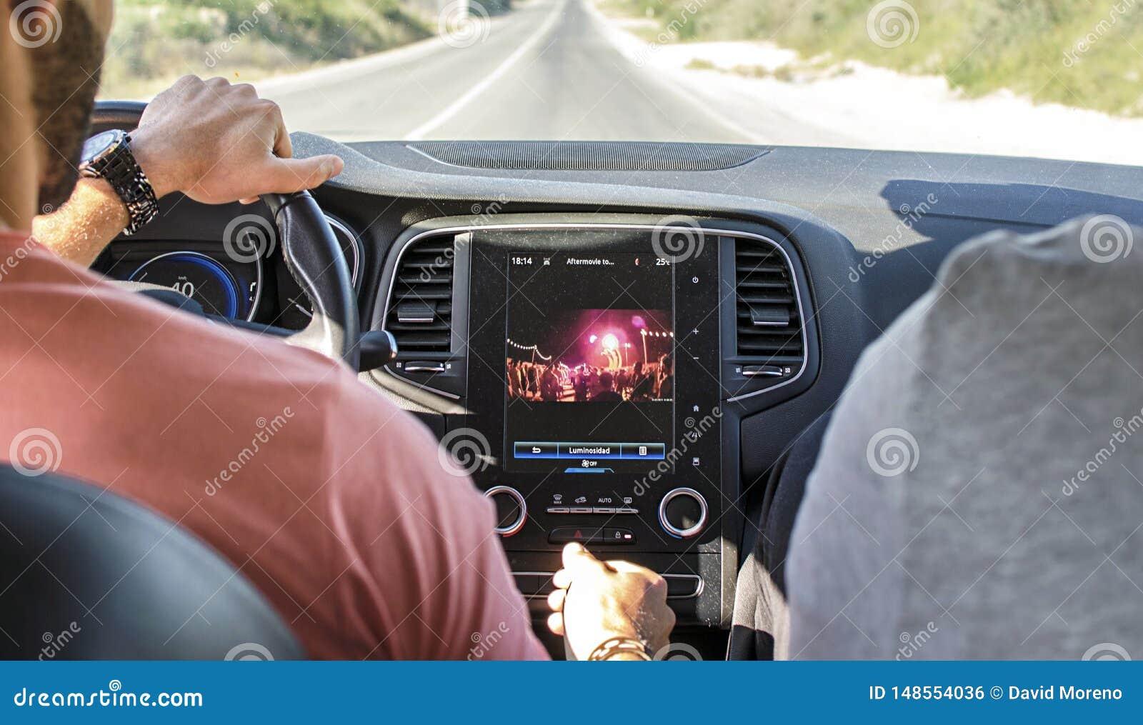 K?rning av bilen med navigat?ren f?r gps-bogserarebildsk?rm