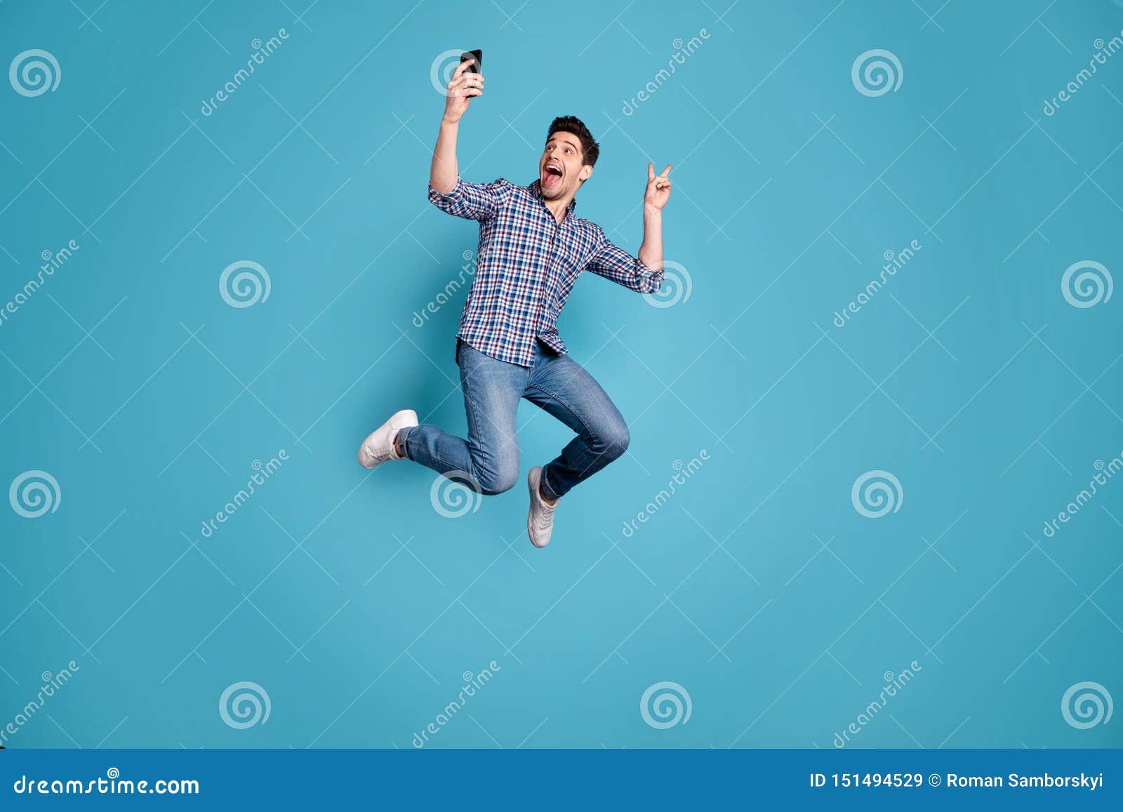 Körpergrößen-Ansichtfoto in voller Länge der überraschten verrückten flippigen Jugend Fotovzeichenfreizeit-Wochenendenfeiertage t