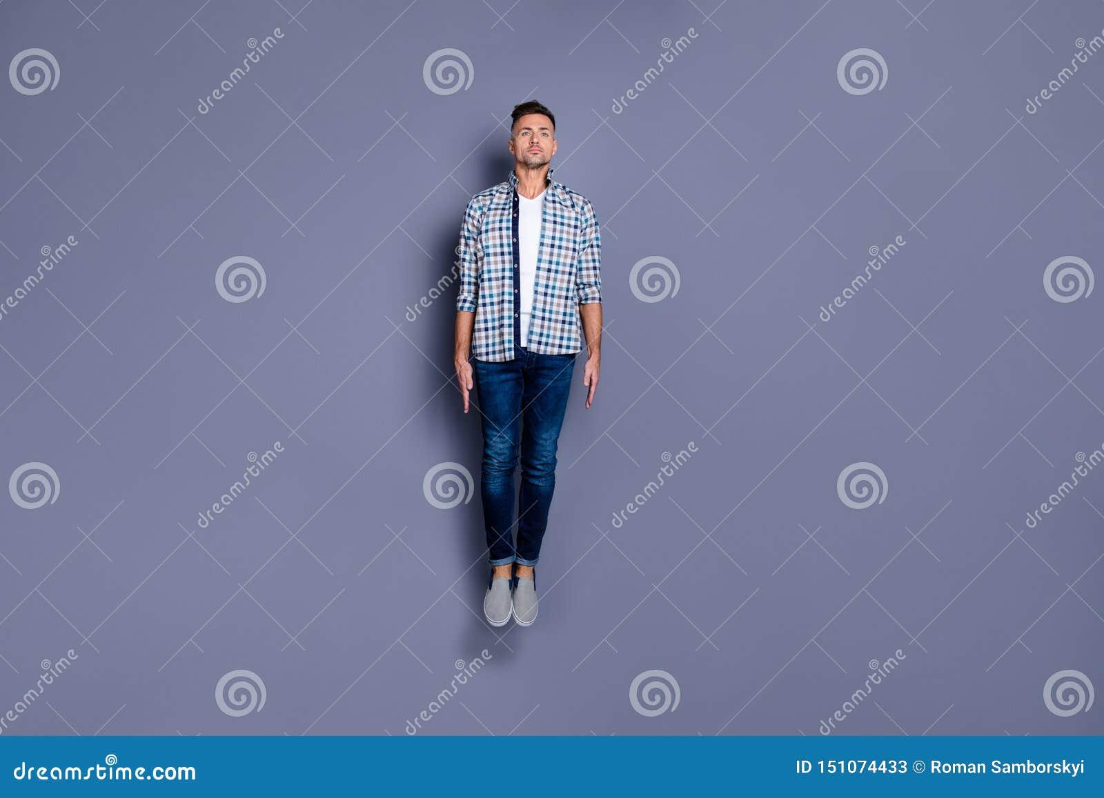 Körpergrößen-Ansichtfoto in voller Länge der fokussierten Energieausbildungssitz lokalisierten grauen Hintergrundjugend der reize