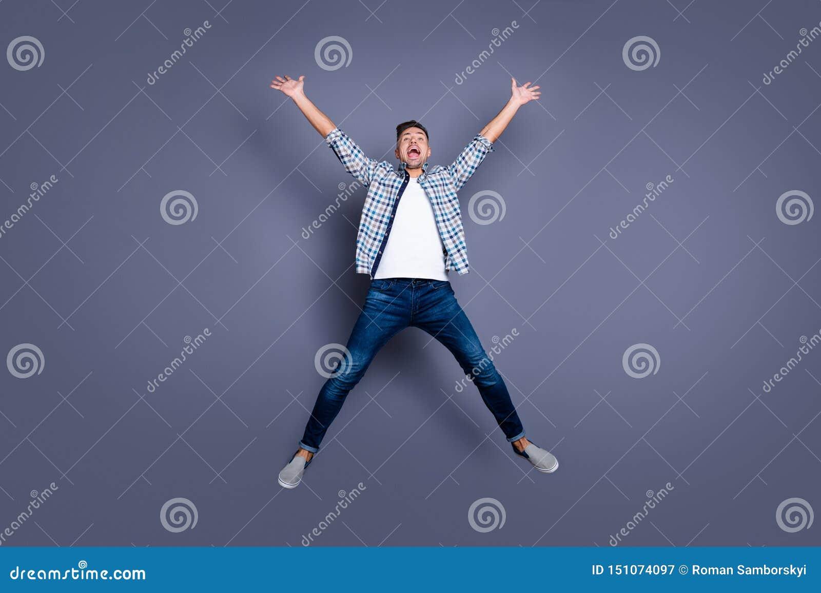 Körpergrößen-Ansichtfoto in voller Länge von zufriedenen offenen Personenleute-Erhöhungsfäusten schreien der lustige flippige gle