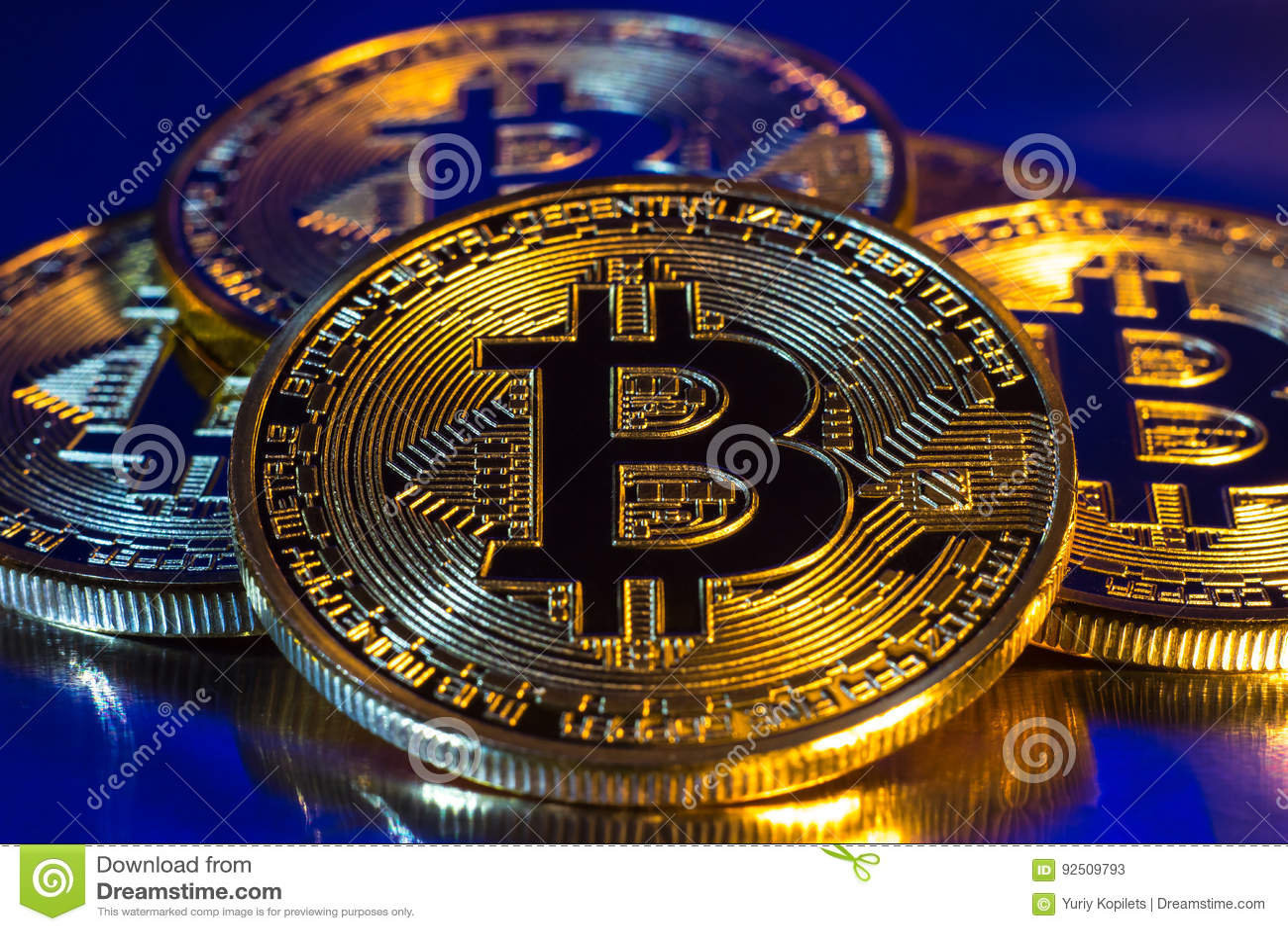 Körperliche goldene bitcoin Cryptocurrency Münze auf buntem Hintergrund