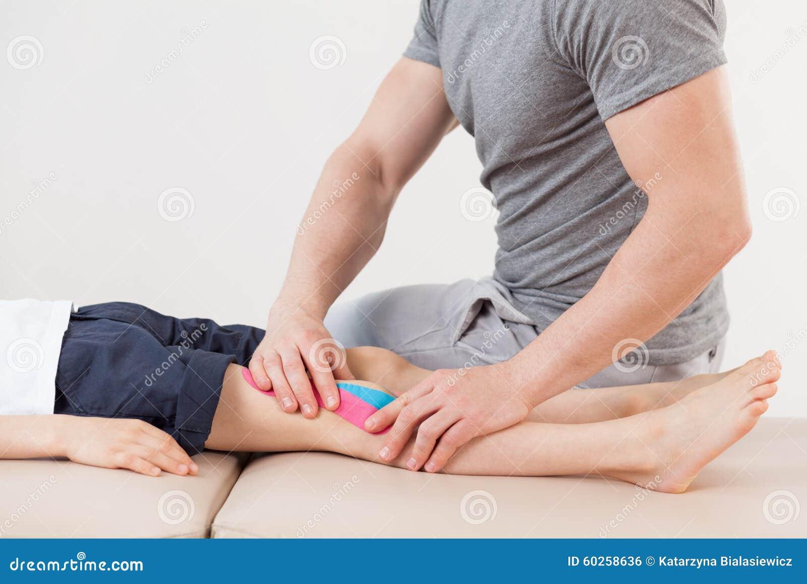 Körperlicher Therapeut, der Massage tut