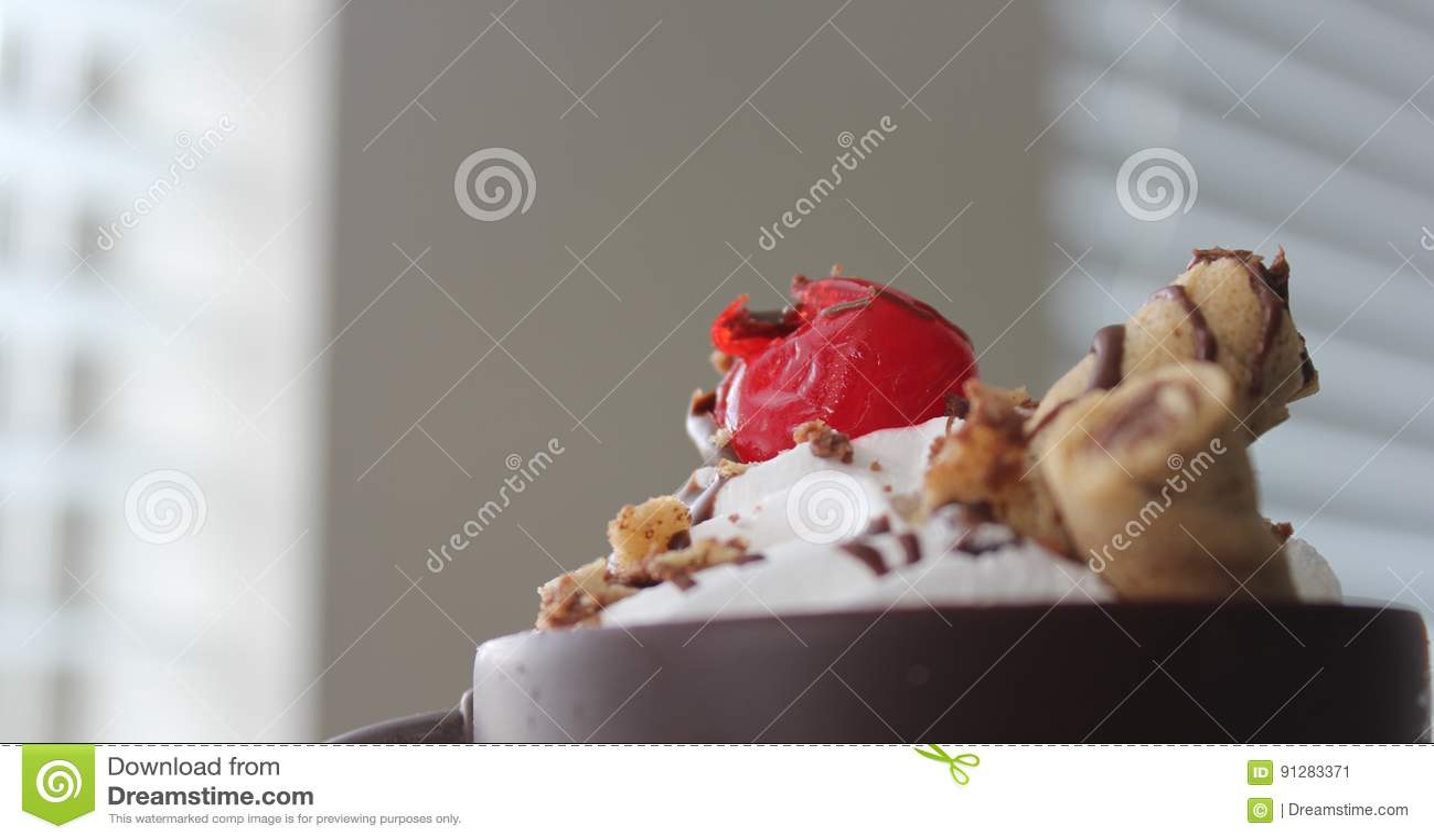 Körsbär överst av glass